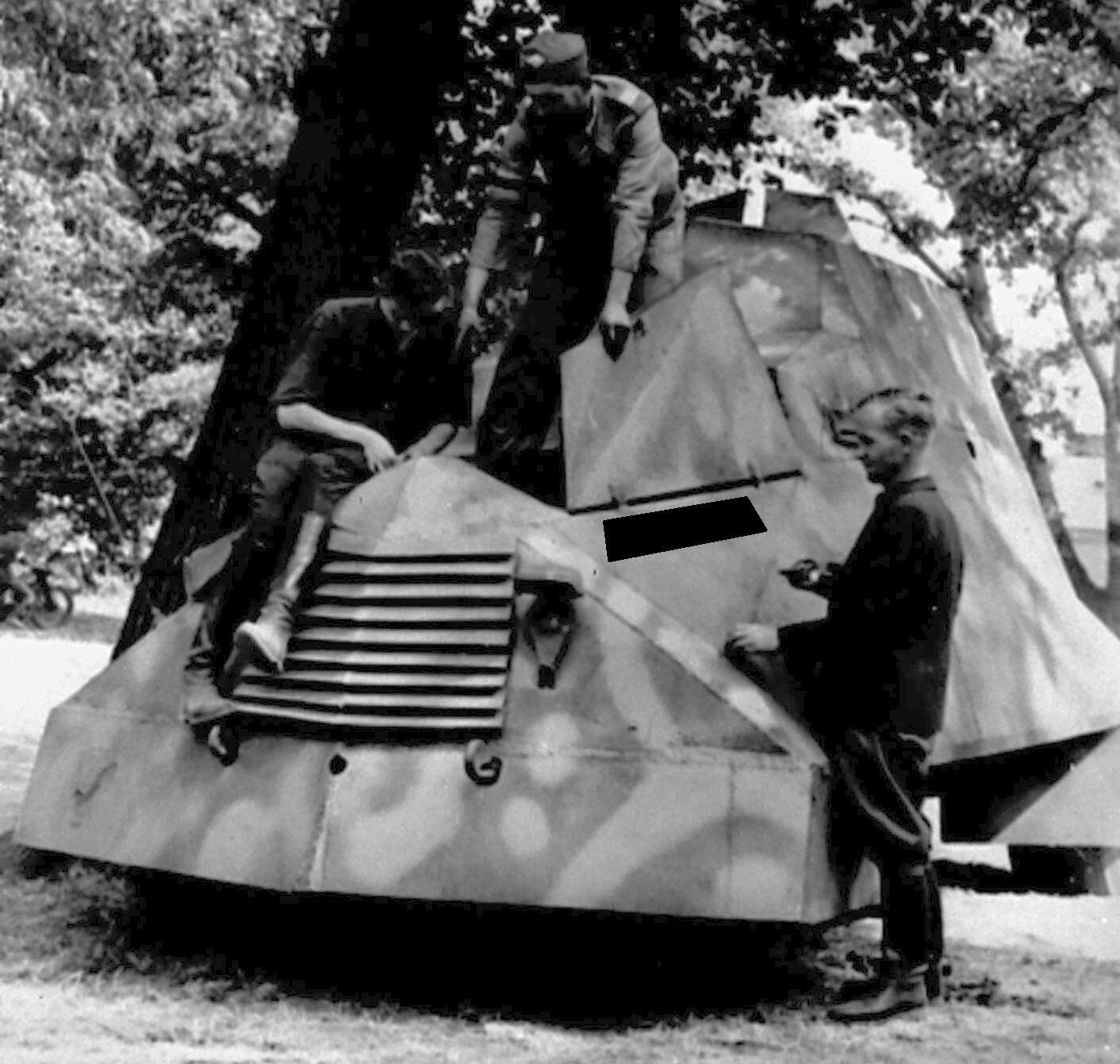 W czasie walk powstańcy wykorzystali zbudowany przez siebie transporter opancerzony. Jak nazwali swój pojazd?