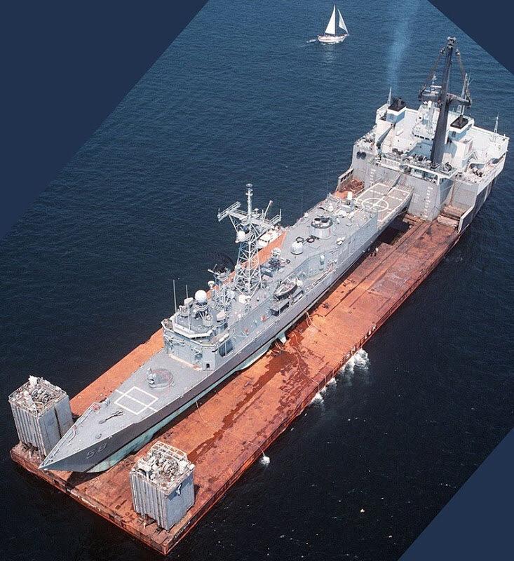 MV Mighty Servant 2 przewozi USS Samuel B. Roberts z Dubaju do Newport