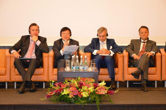 Pierwszy z lewej Remigiusz Nowakowski, prezes zarządu TAURON Polska Energia