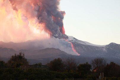 Lawa i kłęby dymu nad wulkanem. Spektakularne zdjęcia erupcji Etny