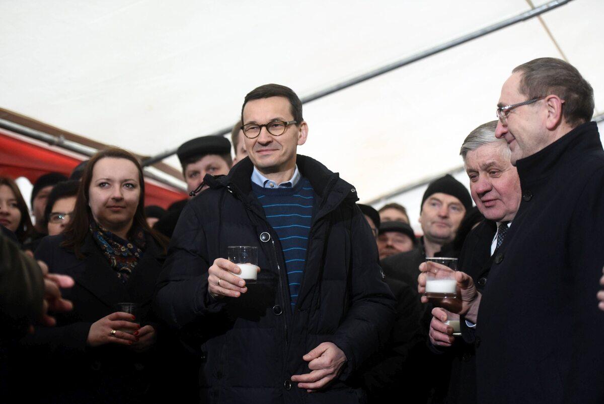 Premier Mateusz Morawiecki wzniósł toast szklanką mleka