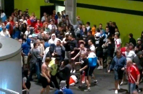 Rosyjscy kibice pobili stewardów na Stadionie Miejskim we Wrocławiu (fot. youtube.com)