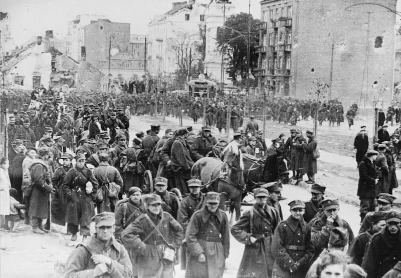 Polscy żołnierze maszerują do niemieckiej niewoli