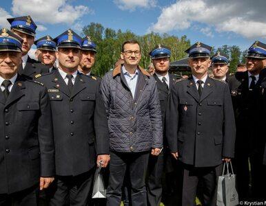 """Premier Morawiecki spotkał się ze strażakami. """"Jesteście pomocnikami..."""