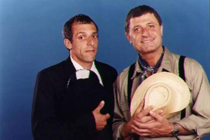 """Gino Renni (z kapeluszem) naplakatach promujących argentyńską telenowelę """"Zbuntowany anioł"""""""