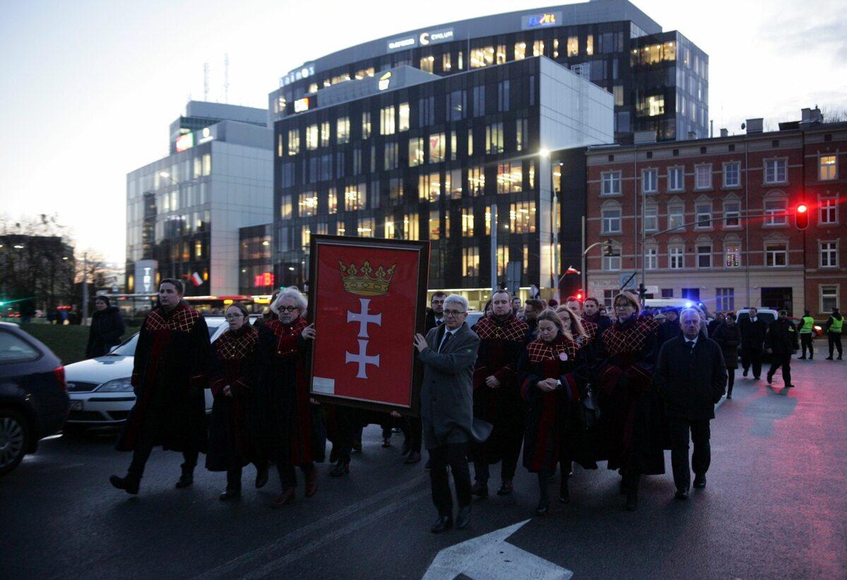 Radni Gdańska z herbem miasta w drodze do Europejskiego Centrum Solidarności