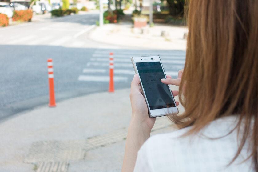 Użytkownik smartfona, zdjęcie ilustracyjne