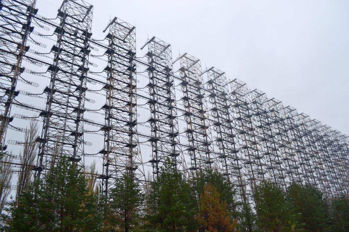 """Duga Duga, Russian Woodpecker lub też Oko Moskwy (tej nazwy używają tylko Polacy) - radziecki strategiczny radar pozahoryzontalny, który miał wykrywać nadlatujące pociski Stanów Zjednoczonych. Określenie """"Russian Woodpecker"""" (rosyjski dzięcioł) wzięło się stąd, że radar pracował w zakresie fal krótkich, przez co był łatwo słyszalny w Europie, a sygnał przez niego nadawany przypominał właśnie rytm stukającego dzięcioła."""