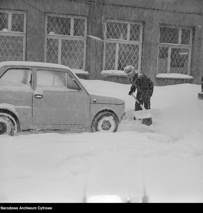Zima Stulecia na Wierzbnie w Warszawie. Odśnieżanie chodnika