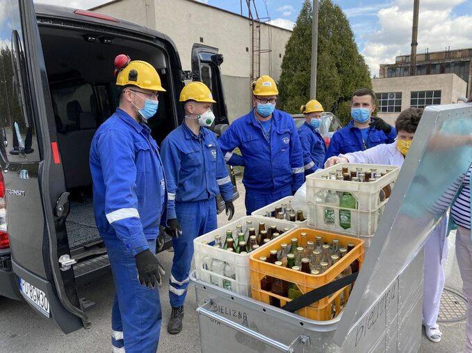 Kozienicki szpital otrzymał odEnei m.in. zapas wody mineralnej, maski, rękawiczki ochronne imydło wpłynie orazmaty dezynfekujące