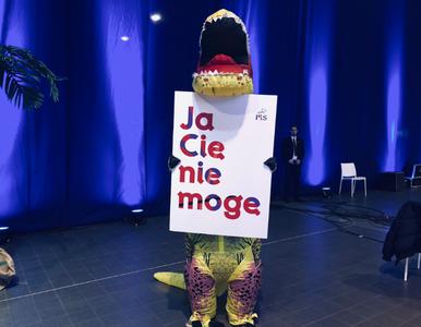 Nie tylko dinozaury. Fala drwin z opozycji na konwencji PiS-u