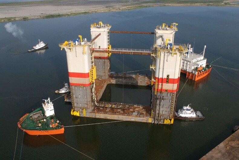 Dockwise Tern podczas załadunku platformy wiertniczej