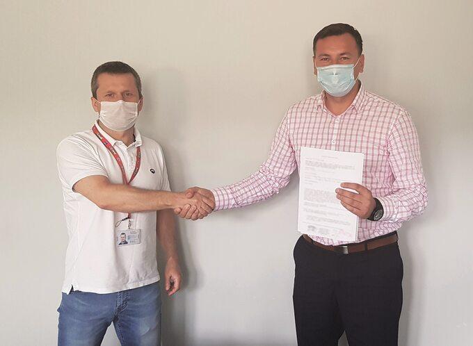 Dyrektor operacyjny Nestlé Waters Artur Młotek (z lewej) zBurmistrzem Nałęczowa Wiesławem Pardyką popodpisaniu umowy nabudowę kanalizacji wCynkowie k. Nałęczowa