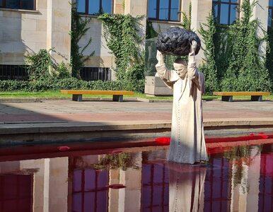 Jan Paweł II w basenie z czerwoną cieczą. Nietypowy pomnik przed Muzeum...