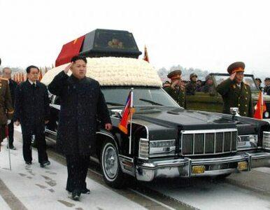 Korea Północna: trwa żałoba po Kim Dzong Ilu. Kim Dzong Un obserwuje ją...