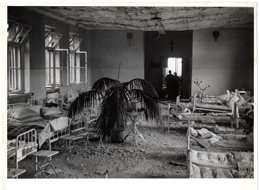 Zdewastowane wnętrze katolickiego szpitala Przemienienia Pańskiego na Pradze dy rozpoczęło się jego bombardowanie, był już pełen rannych osób. Podjęto się wówczas ewakuacji pacjentów do piwnicy, ci którzy mogli się poruszać samodzielnie chronili się na klatce schodowej