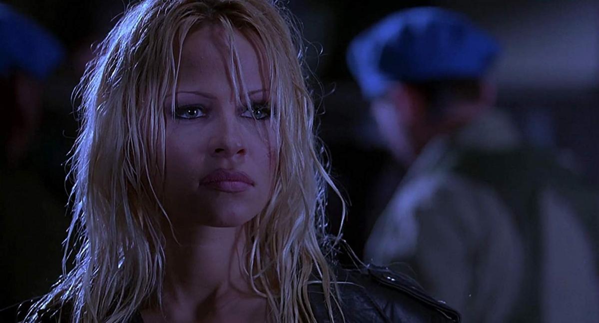 """Pamela Anderson w filmie """"Żyleta"""" (1996)"""