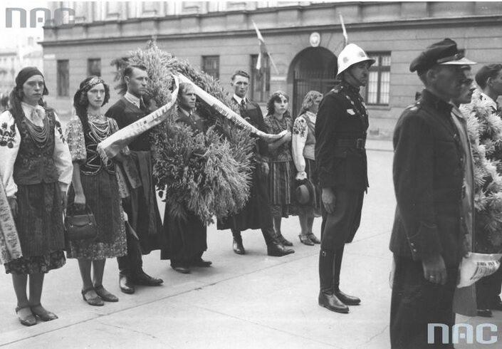 3. Składanie wieńca na Grobie Nieznanego Żołnierza przez delegację ludności Wilanowa (fot. Narodowe Archiwum Cyfrowe)