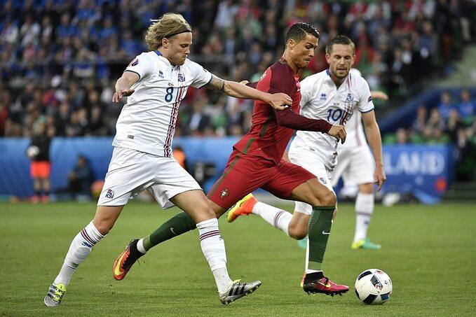 Cristano Ronaldo oraz Birkir Bjarnason i Gylfi Sigurdsson
