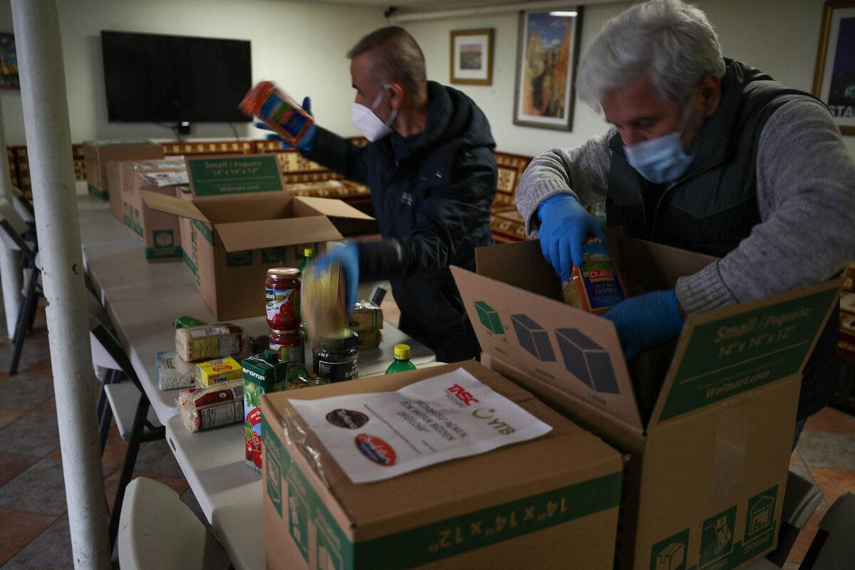New Jersey. Przygotowywanie paczek żywnościowych dla potrzebujących pomocy w ramach akcji koordynowanej m.in. przez The Turkish American Religious Foundation (24 kwietnia)
