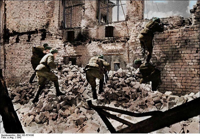 Żołnierze Armii Czerwonej walczą wśród ruin Stalingradu (1942 r.)