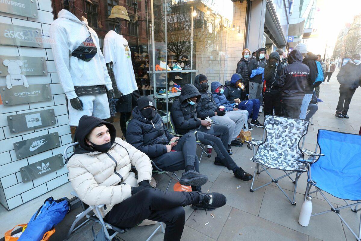 Czekający na wejście do sklepu w Manchesterze