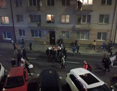 Protestujący w Gdyni odegrali scenę nawiązującą do pochodu z ciałem...