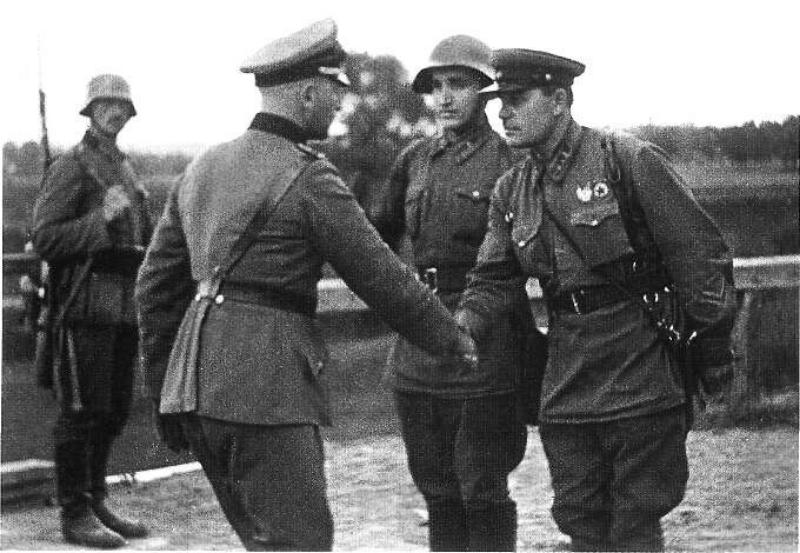 """Zdjęcie, wykonane przez korespondenta TASS, opublikowano we wrześniu 1940 r. w dzienniku wojskowym """"Krasnaja Zwiezda"""" jako ilustrację artykułu rocznicowego na temat """"wyzwolenia Zachodniej Białorusi i Ukrainy"""""""