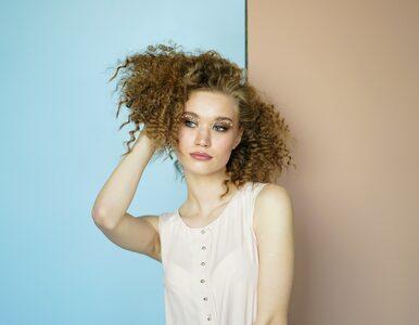 Nawet przetłuszczające się włosy mogą być przesuszone. Jak nawilżać je...
