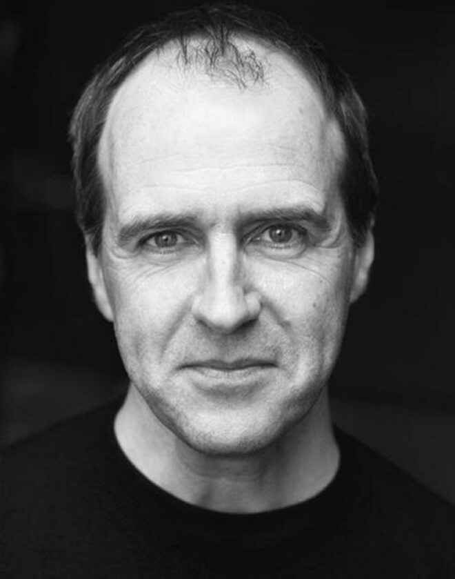 Kevin Doyle Kevin Doyle dla wielu jest znany przede wszystkim z roli Josepha Molesley'a w serialu Downton Abbey, którego obsada zdobyła międzynarodowe uznanie krytyków, m.in. zdobywając nagrodę SAG Award 2016 za wybitne role aktorów w serialu dramatycznym. Nagradzany serial został niedawno przeniesiony na duży ekran i od razu stał się kasowym hitem. Kevin zagrał Johna Wadswortha w nagrodzonym BAFTĄ brytyjskim serialu Happy Valley i wystąpił w miniserialu ITV Paranoid. Ostatnio został obsadzony w głównej roli w produkcji Blanche McIntyre Tartuffe w National Theatre, wcielając się w Orgona, a także w Fanny & Alexander w prestiżowym Old Vic oraz w produkcji This House w Headlong Theatre, która z Chichester trafiła na West End do Garrick Theatre.