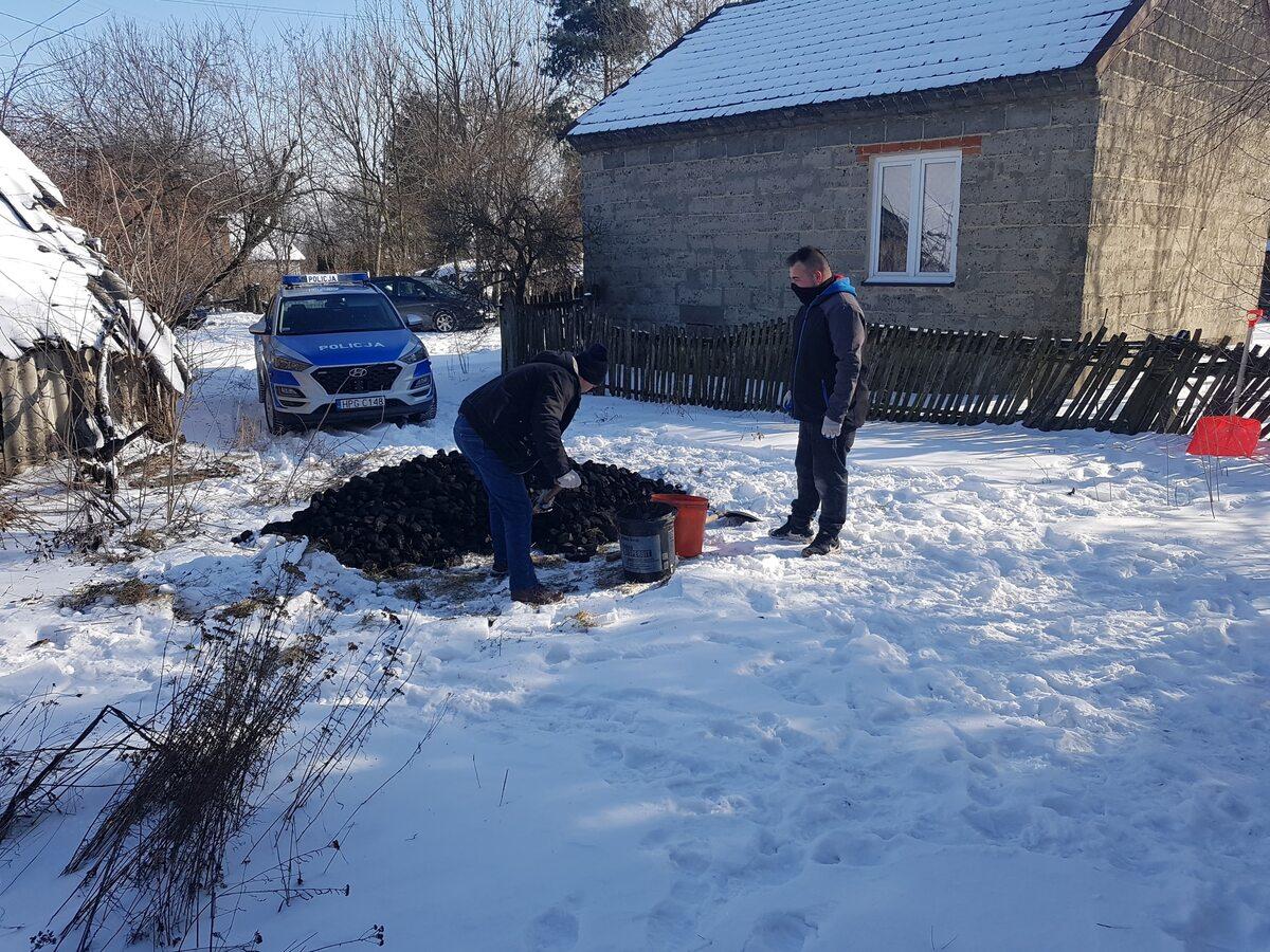 Policjanci pomogli seniorom ze Szczucina