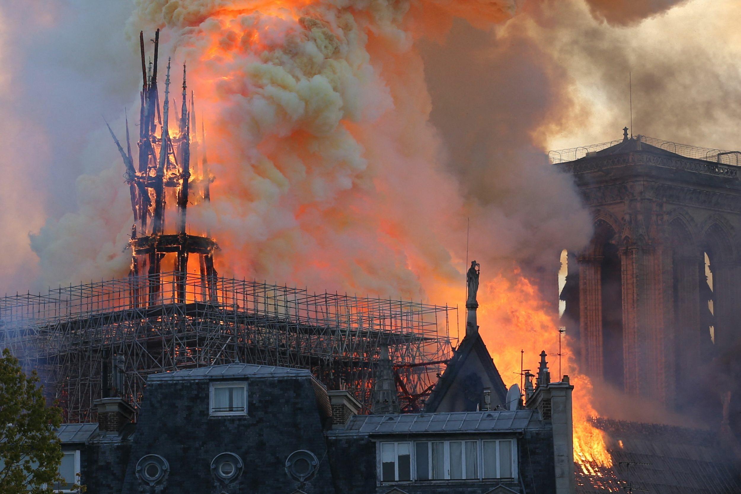 """Pożar Notre Dame to """"oczywisty akt satanistyczny"""". Kto tak uważa?"""