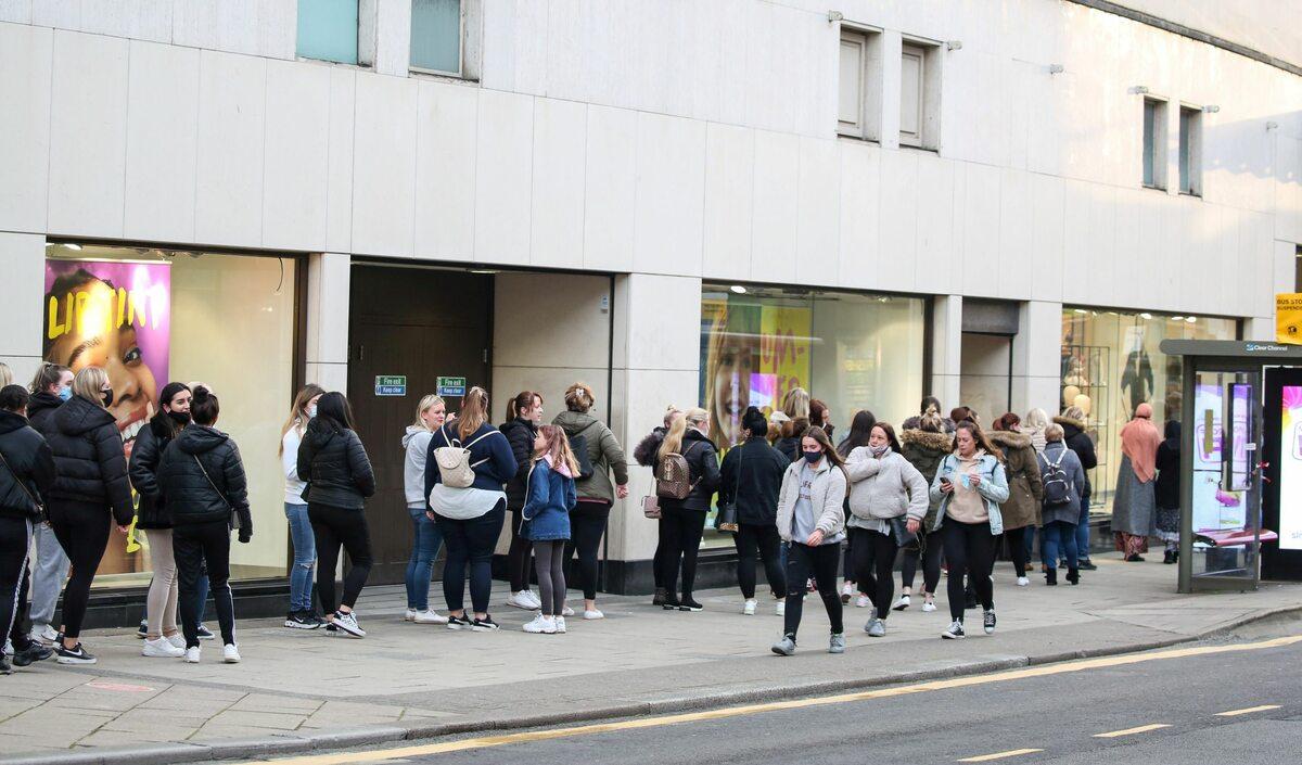 Oczekujący na wejście do sklepu w Bristolu