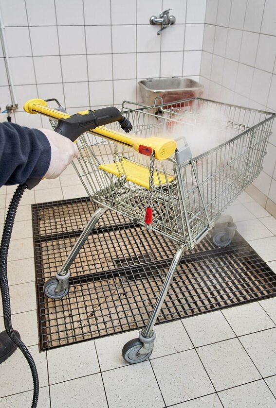 Czyszczenie wózków w Biedronce