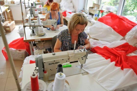 Jedna z firm produkujących flagi Polski w Lublinie, pracuje pełną parą (fot. PAP/Wojciech Pacewicz)