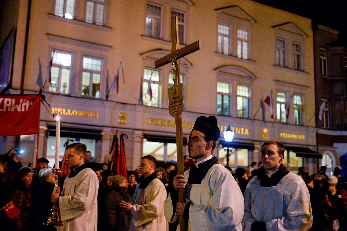 Kondukt żałobny z trumną Pawła Adamowicza na ulicach Gdańska