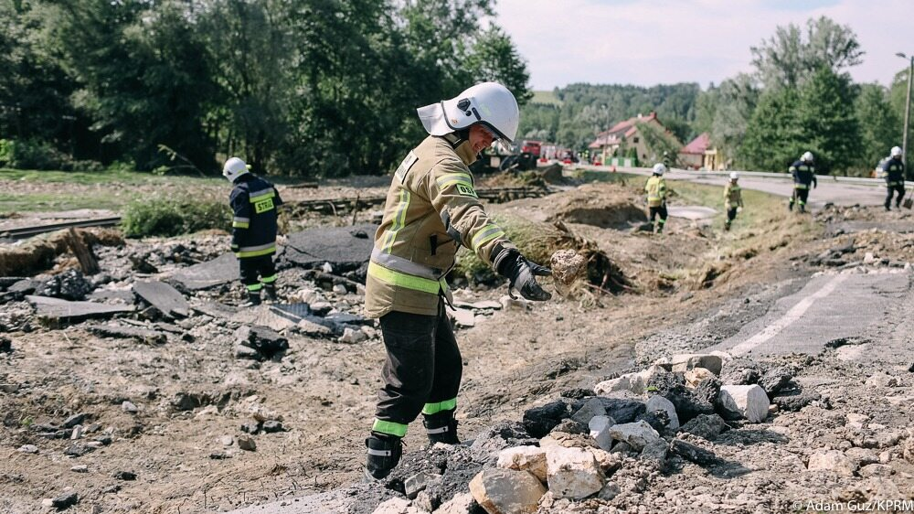 Strażacy walczący ze skutkami powodzi