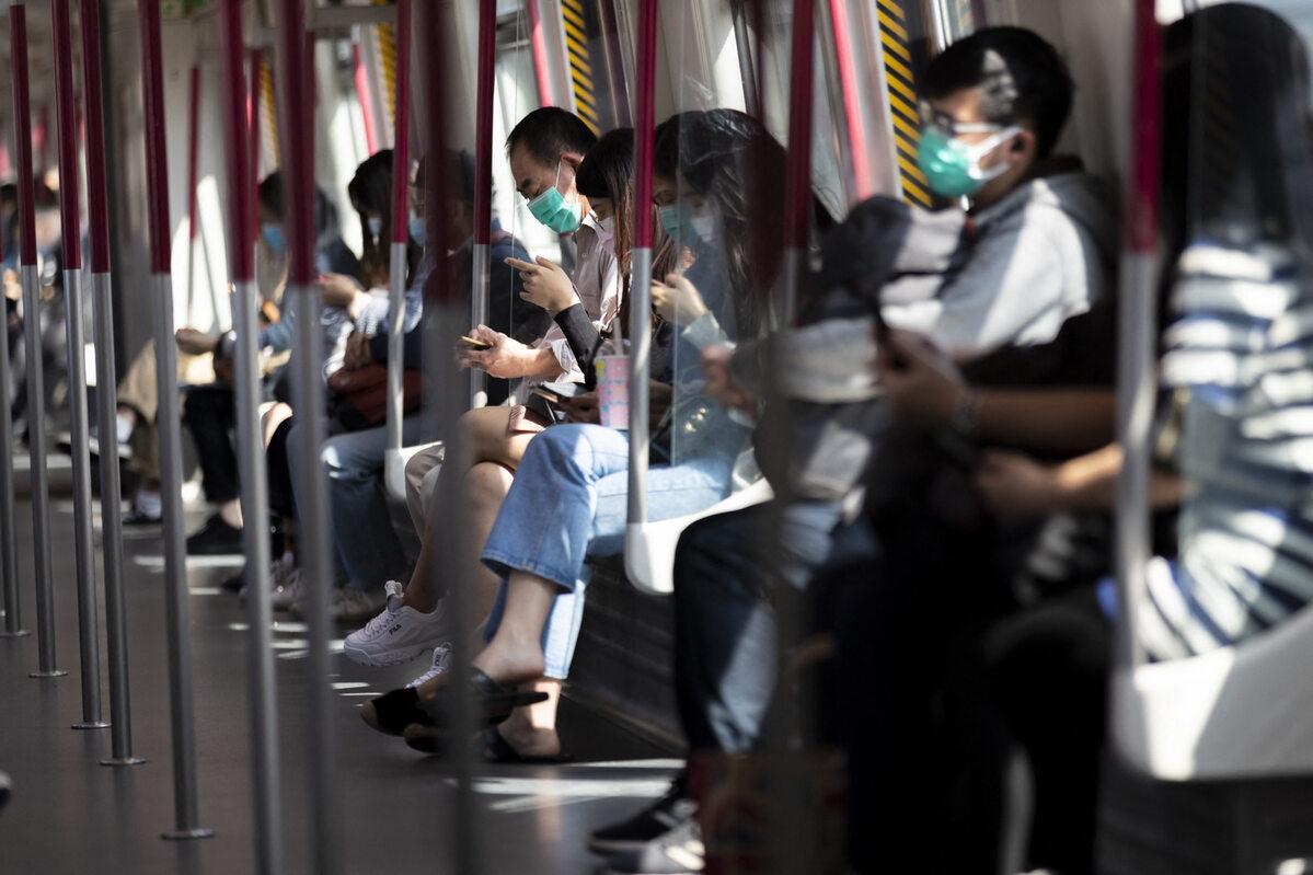 Mieszkańcy Hongongu w środkach publicznego transportu (26 lutego)
