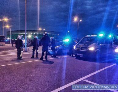 Wrocław. Kibice przyszli przed stadion. Policja sypała mandatami