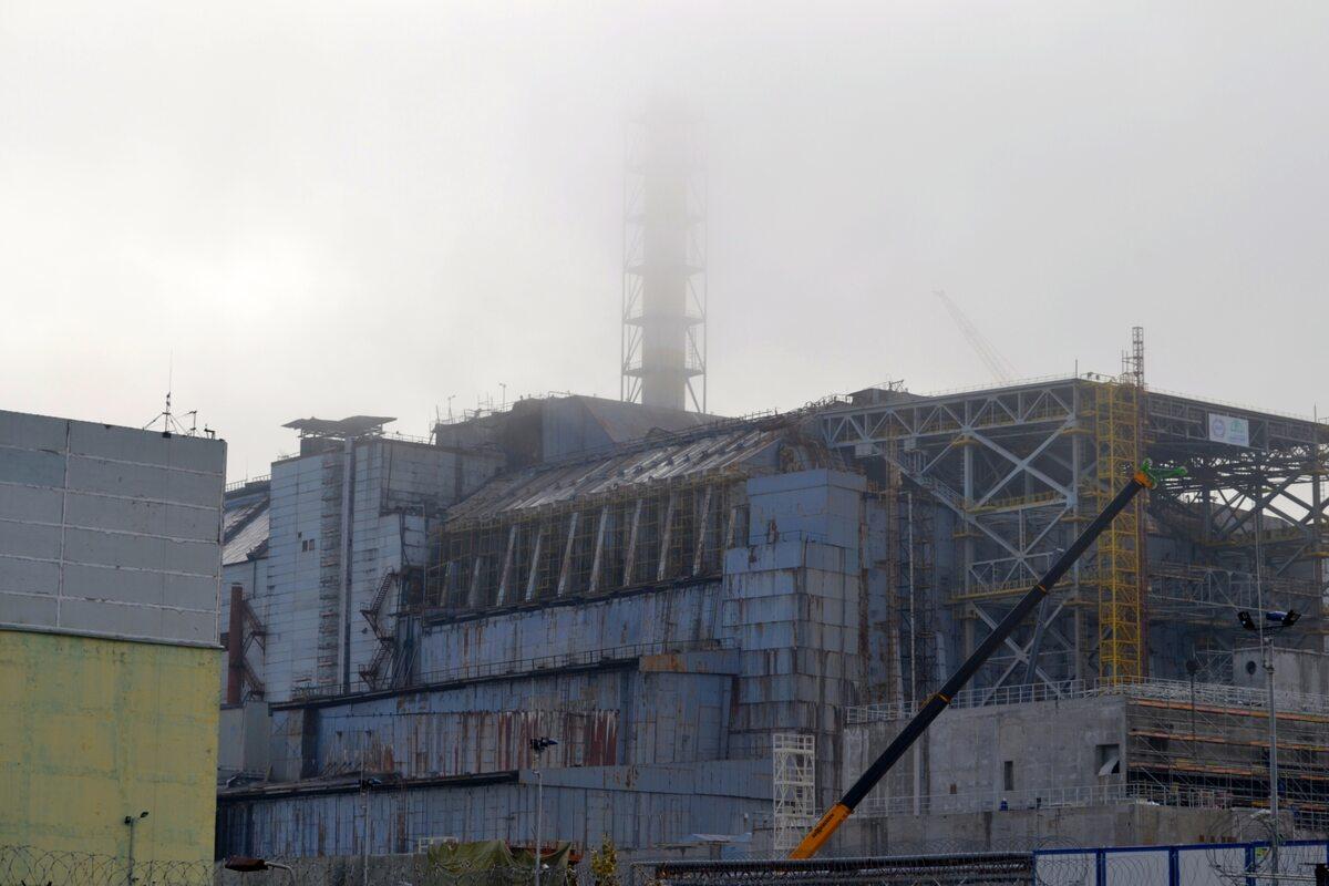 """Blok IV w Czarnobylu Zdjęcie wykonane pod koniec października, jeszcze przed nasunięciem nowego sarkofagu (ukr. Арка, pl. """"Łuk"""")"""