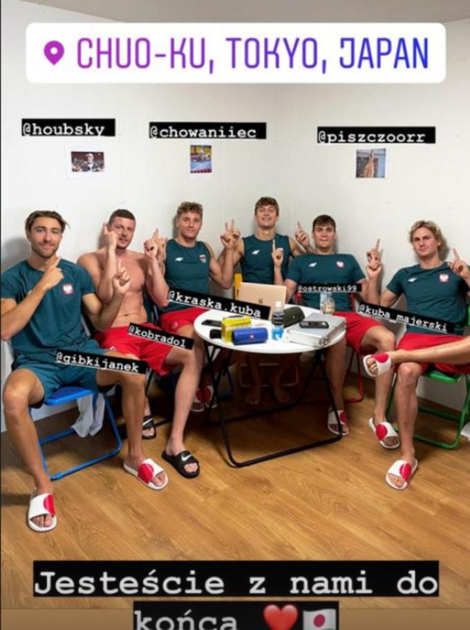 Pływacy wspierający zawodników odesłanych doPolski