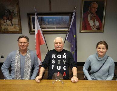 """Zdjęcie Wałęsy zwróciło uwagę internautów. """"Koństytucja"""""""