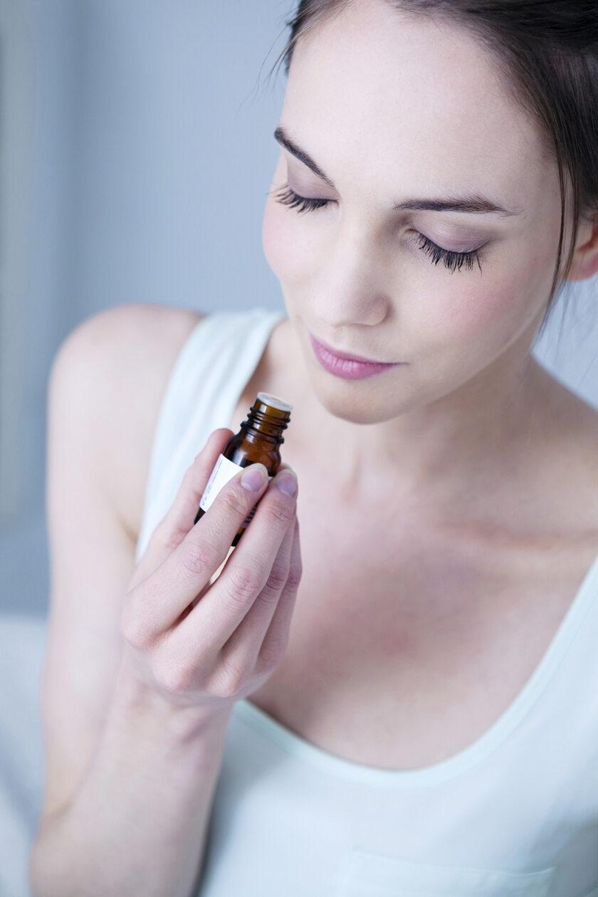Kobieta wącha olejek eteryczny