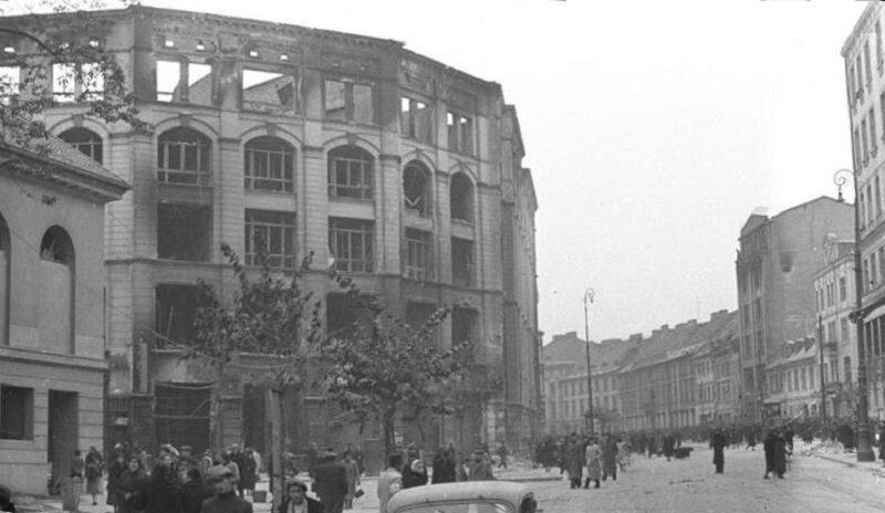 Miejsce akcji ok. 1940 r. Po lewej stronie Arsenał i wypalony gmach Pasażu Simonsa