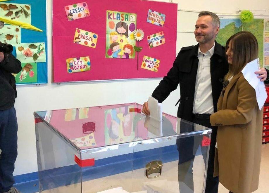Jarosławowi Wałęsie podczas głosowania towarzyszyła żona