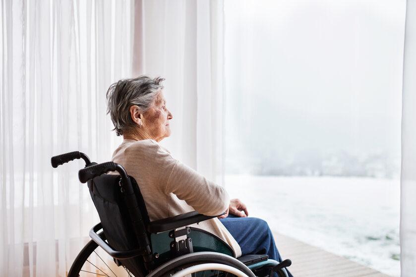 Starsza kobieta na wózku inwalidzkim