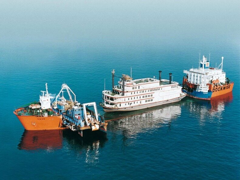 Dockwise Swan podczas załadunku mniejszego okrętu na pokład