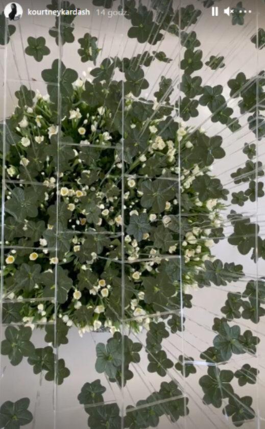Instalacja z kwiatów zrobiona dla Kourtney Kardashian