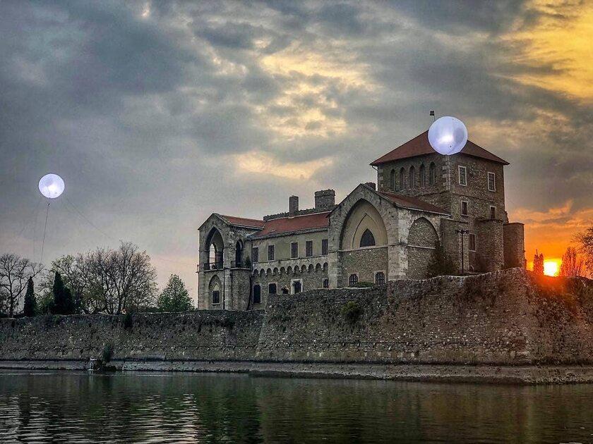 """Plan serialu """"Wiedźmin"""" w miejscowości Tata na Węgrzech"""