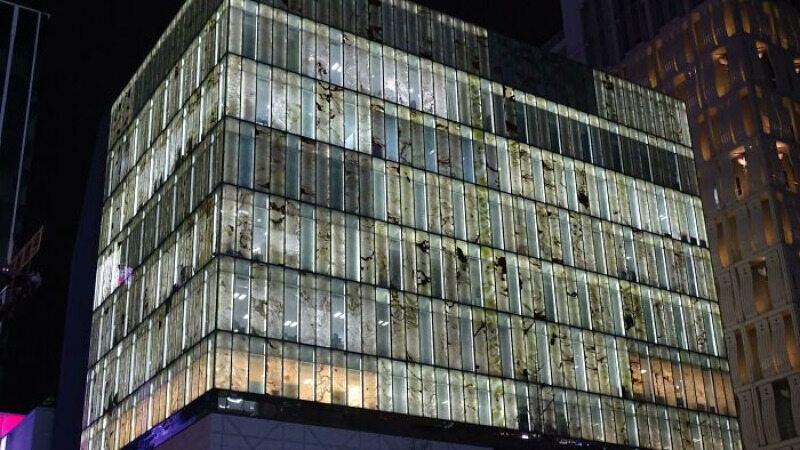 Budynek w Osace. Ten marmur to nieszczególnie wygląda po podświetleniu